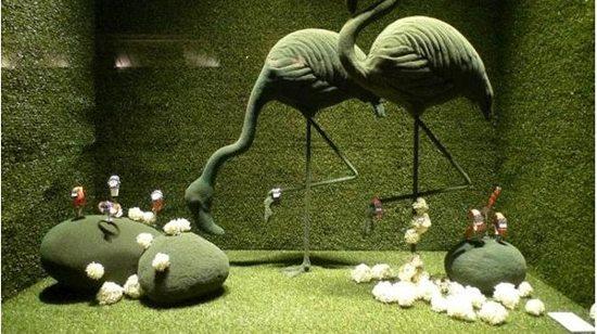 组橱窗设计以春天为设计灵感,在草绿色的背景下,以仙鹤,马,鸭子,孔雀