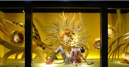 橱窗既是门面总体装饰的组成部分,又是商店的第一展厅,它是以本店所经营销售的商品为主,巧用布景、道具,以背景画面装饰为衬托,配以合适的灯光、色彩和文字说明,是进行商品介绍和商品宣传的综合性广告艺术形式。   一个店铺的陈列设计,重点在于橱窗设计,而橱窗设计的重点,就在于怎样做出有创意的橱窗。本文为你盘点35个高端品牌的经典橱窗设计,看看他们是如何让吸睛的? 1、巴黎朗雯(Lanvin)时尚豹纹主题橱窗  LANVIN是法国历史最悠久的高级时装品牌。其创始人Jeanne Lanvin是在一战和二战期间十分活跃