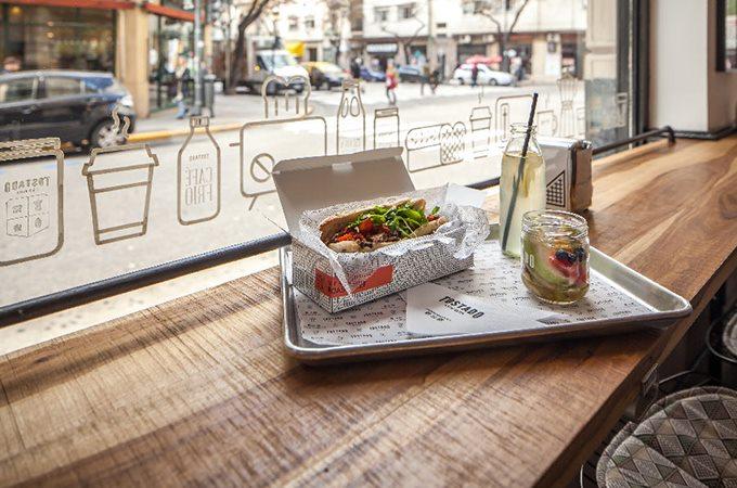 行业:餐饮、食品 服务内容:VI设计、室内设计 企业名称:Tostado 项目描述:Tostado是一家新咖啡馆位于布诺斯艾利斯提供外卖服务,设计机构为Tostado开发了一套完整咖啡馆VI设计系统包括咖啡馆标志、名称、包装及室内设计。Tostado是一个独特的经曲再造,用简单新鲜的食材来伴随着最好的咖啡。Tostado咖啡馆VI设计系统标志采用了易于识别的标志字体,还开发了一套独特的图标应用于包装及室内设计中。手工绘制了图标及标志在室内装饰中,绣花围裙和员工衬衫选用了黑色和白色来展出Tostado独特的